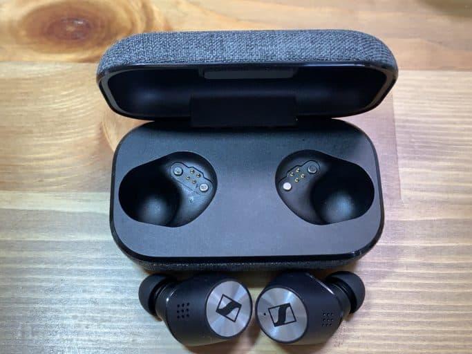 MOMENTUM True Wireless 2 ケースとイヤホン