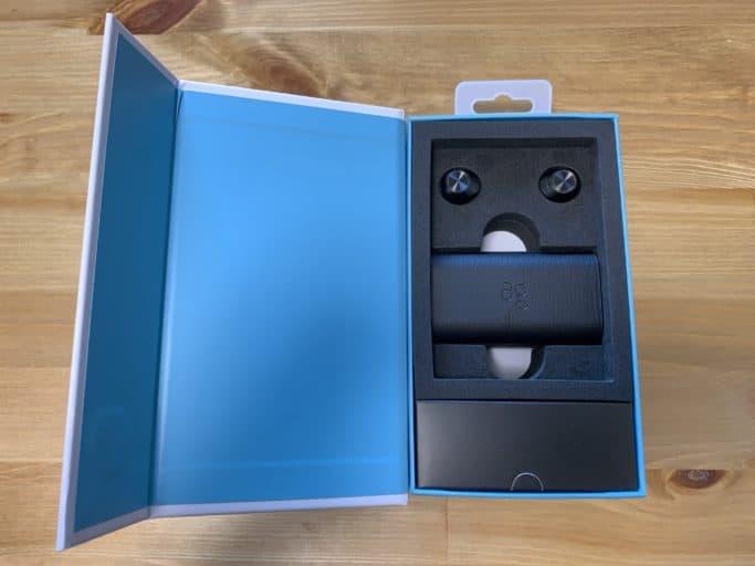 パッケージはブランドのアクセントカラーとスペックが表記されたデザイン