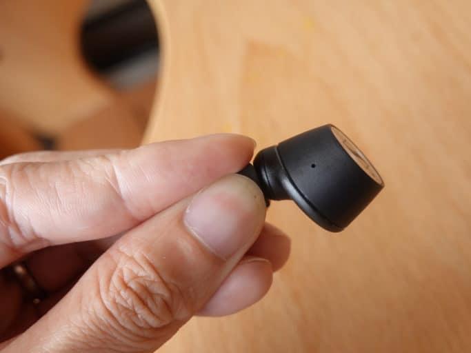 イヤーピースを潰した状態で耳に装着する