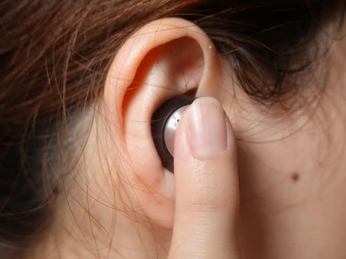 耳に装着後、中で膨らむまで押さえ続ける