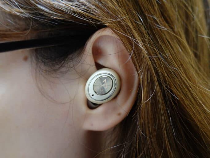 TE-D01gvは耳にすっぽりと収まる安定した装着感