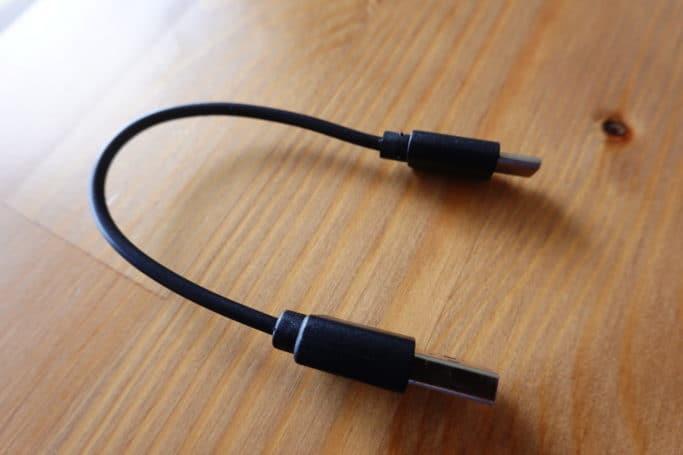 USBケーブルは短めのType Cが付属