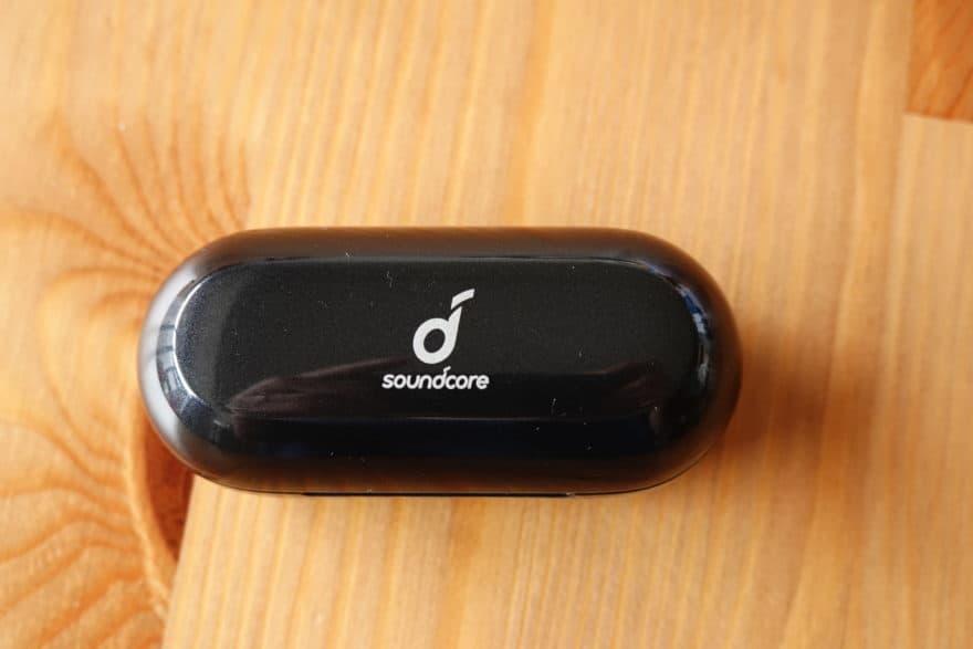 充電ケース:指紋や皮脂が目立ちにくい