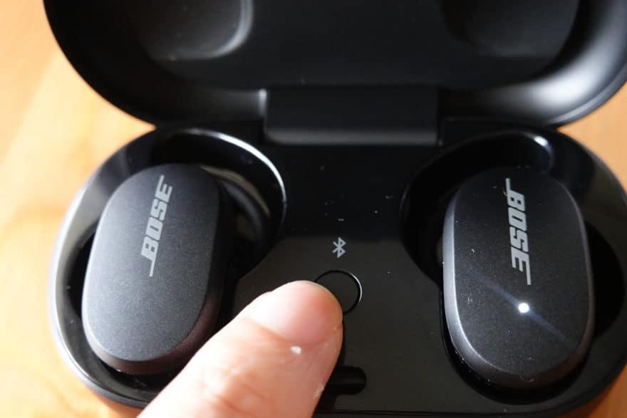 充電ケースの蓋を開け、イヤホンを充電させた状態で真ん中のボタンを長押し