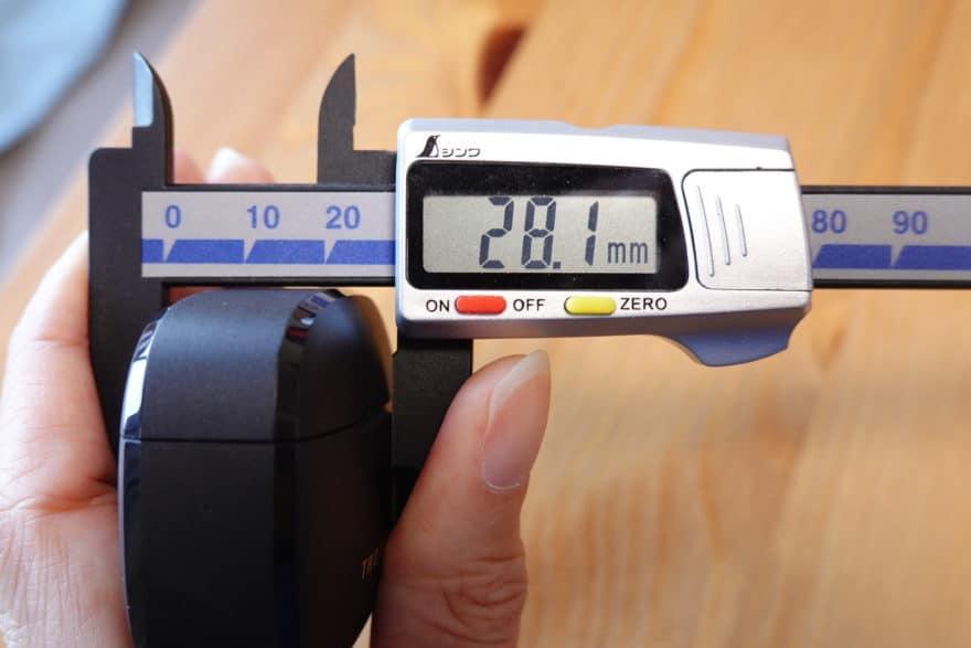 充電ケースの厚み28.1mm