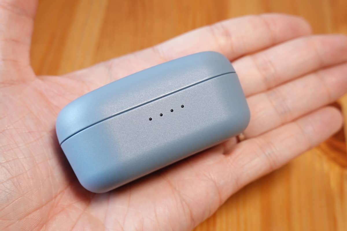 YAMAHA TW-E3Bの充電ケースを手で持っている
