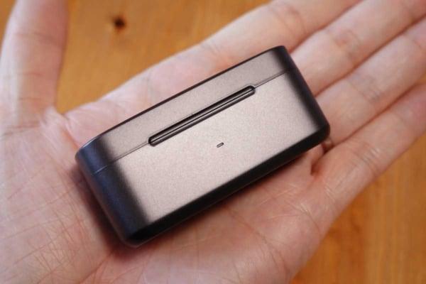 EarFun Free Proの充電ケースを手で持っている