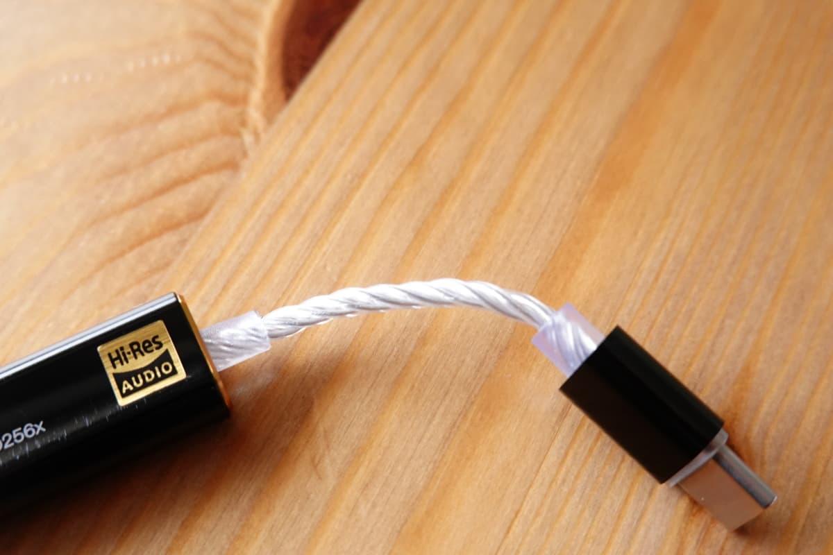 iBasso DC03のケーブルは4芯の銀メッキ銅ケーブルを採用