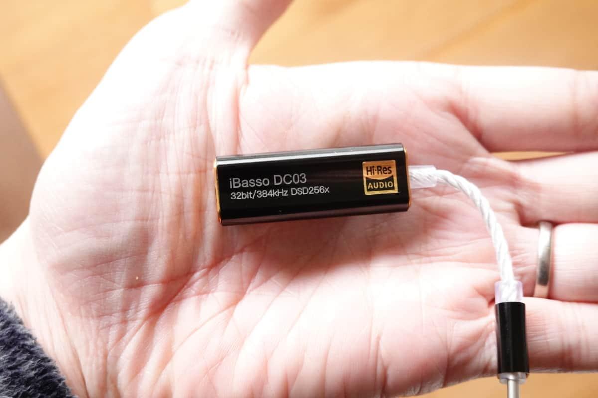iBasso DC03を手で持っている
