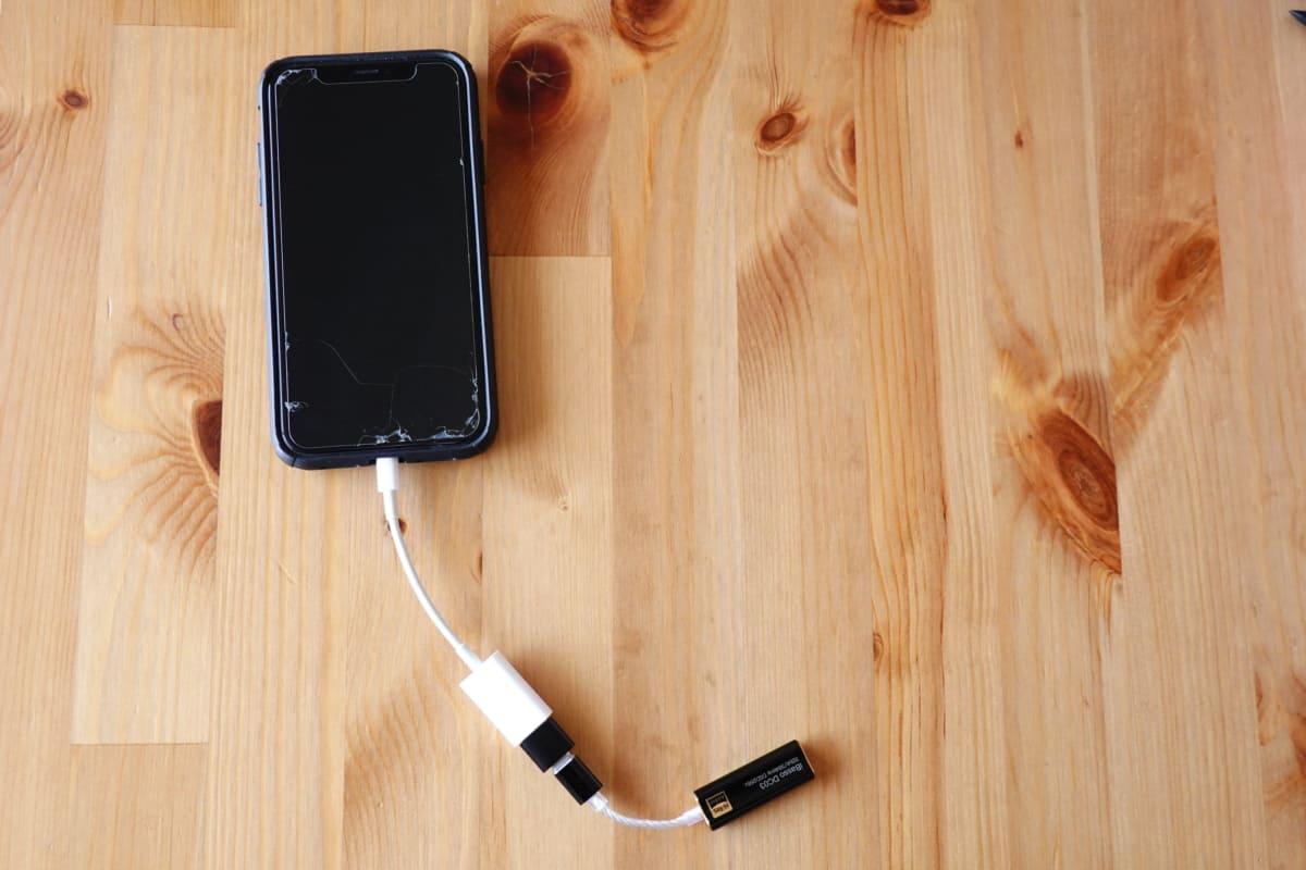 Lightning to USB Camera AdapterとUSB-A to USB-C、DC03のセットをiPhoneに接続